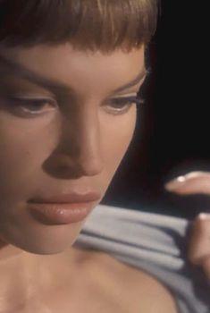 Джолин Блэлок без одежды в фильме «Звёздный путь: Энтерпрайз», 2001