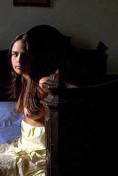 Голая грудь Джорданы Брюстер в фильме «Невидимый цирк», 2000