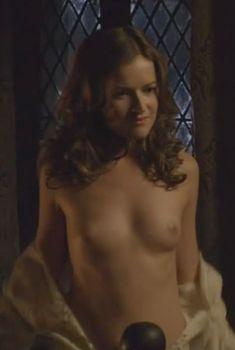 Голая грудь Джоэнн Кинг в сериале «Тюдоры», 2007