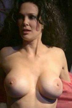 Голая Джули Стрэйн в фильме «Сестринское братство», 2003