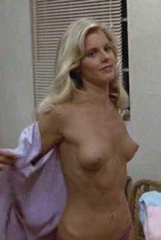 Джулия Монтгомери показала голую грудь в фильме «Месть придурков», 1984