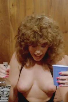Голая грудь Джуэл Шепард в фильме «Неукротимая сила», 1982