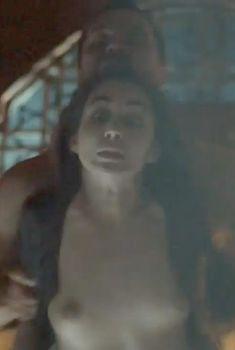 Голая грудь Дилан Гвин в сериале «Демоны Да Винчи», 2013