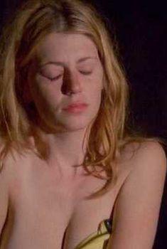 Голая грудь Диоры Бэрд в фильме «Южные небеса», 2008