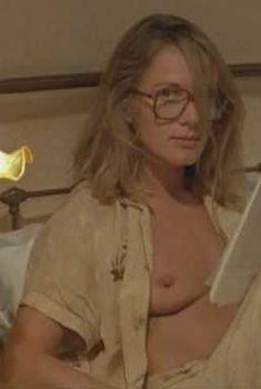 Голая Доминик Санда в фильме «Путешествие тайком», 1979
