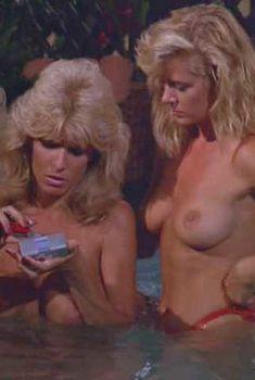 Голая Дона Спейр в фильме «Заваруха на Гавайях», 1987