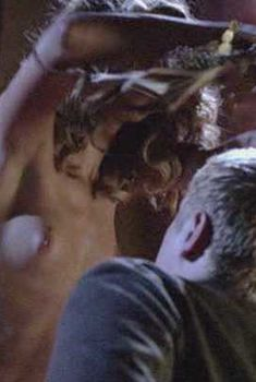 Доун Оливери оголила грудь и попу в фильме «Дьявольское логово», 2006