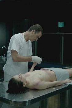 Голая Дэйзи Ридли в сериале «Безмолвный свидетель», 1996