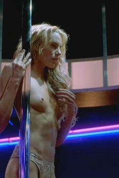 Голая Дэрил Ханна в фильме «Танцы в «Голубой игуане»», 2000