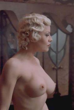 Голая Ева Гримальди в фильме «Тихие дни в Клиши», 1990
