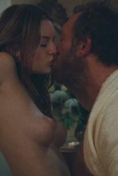 Голая грудь Жозефин де ла Буме в фильме «Наш день придет», 2010