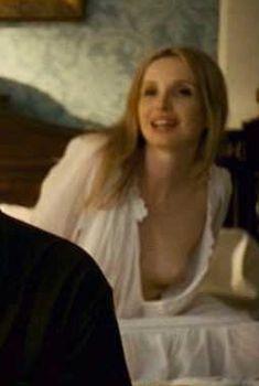 Жюли Дельпи засветила грудь в фильме «Мистификация», 2006
