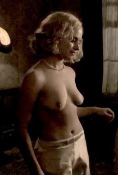 Голая Зои Таппер в сериале «Двадцать тысяч улиц под небом», 2005