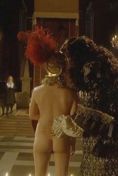 Голая попа Зои Таппер в фильме «Красота по-английски», 2004