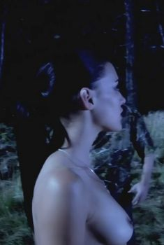 Голая Ив Мауро в фильме «Заколдованное озеро», 2008