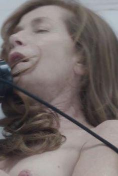 Изабель Юппер засветила соски в фильме «Злоупотребление слабостью», 2013