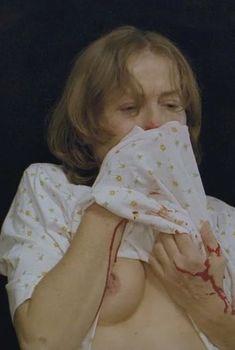 Голая грудь Изабель Юппер в фильме «Пианистка», 2001