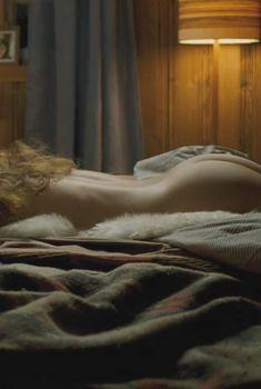Голая попка Ирины Бьёрклунд в фильме «Американец», 2010