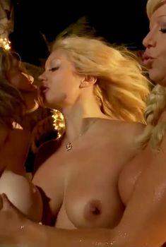 Голая Кайли Нэш в фильме «Сексуальные жёны», 2013