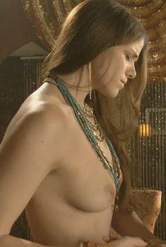 Голые сиськи Каньехтио Хорн в сериале «Хемлок Гроув», 2013
