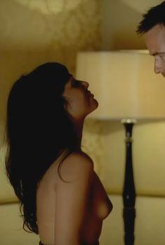 Голая Карен Дэвид в сериале «Ответный удар», 2010