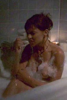 Голая грудь Кари Вурер в фильме «Вожделение Кейт», 1999