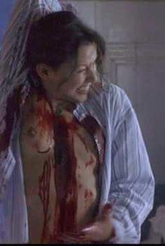 Голая грудь Кари Вурер в фильме «Восставший из ада 7. Армия мертвецов», 2003