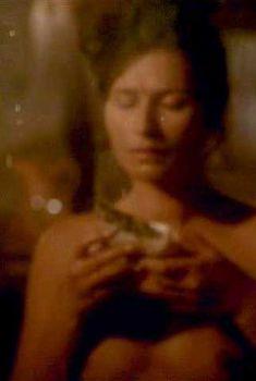 Карина Ломбард оголила грудь в фильме «Герой-одиночка», 1996