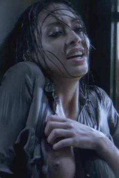 Каролина Гуерра засветила голую грудь в фильме «Галлоуз Хилл», 2013