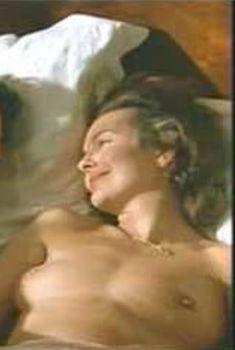 Голая Кароль Буке в фильме «Война Люси», 1997