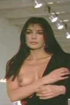 Голая Кароль Лор в фильме «Разбивающие сердца», 1984