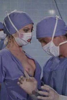 Кассандра Петерсон засветила грудь в фильме «Джекилл и Хайд... Снова вместе», 1982