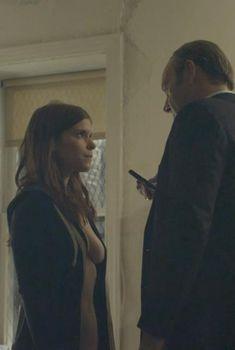 Голая Кейт Мара в сериале «Карточный домик», 2013