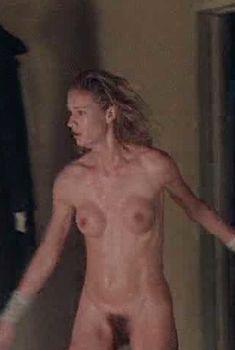 Голая Келли Линч в фильме «Тёплый летний дождь», 1989