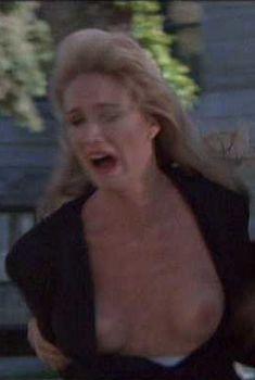 Келли Линч засветила грудь в фильме «Часы отчаяния», 1990