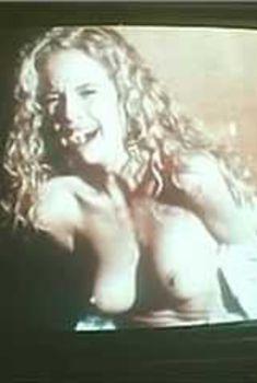 Голая Келли Престон в фильме «Подцеплен по-крупному», 1986