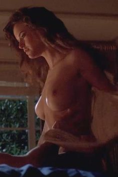 Голая Келли Престон в фильме «Служители дьявола», 1988