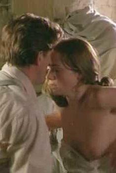 Голая грудь Керри Кондон в фильме «Как Гарри превратился в дерево», 2001