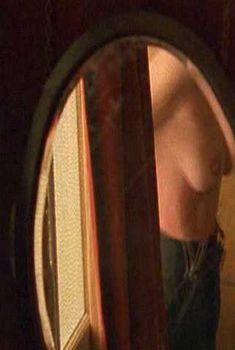 Голая Кили Хоуз засветила грудь в сериале «Бархатные ножки», 2002