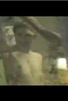 Голая Ким Диккенс в фильме «Город хулиганов», 1995