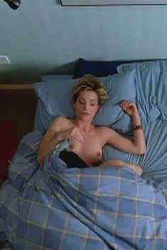 Голая грудь Кимберли Уильямс в фильме «Любовники», 1999
