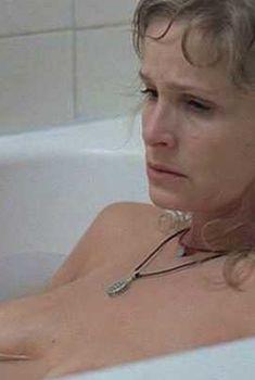 Голая грудь Киры Седжвик в фильме «Пещерный житель», 2004
