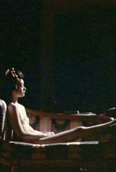 Голая Кирина Мано в фильме «8 1.2 женщин», 1999