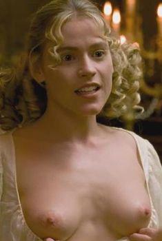 Кирсти Освальд показала голые сиськи в фильме «Версальский роман», 2014
