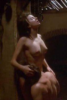 Голая Клара Беллар в фильме «Первые 9 1.2 недель», 1998