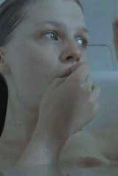Голая Клеманс Поэзи в фильме «Без меня», 2007