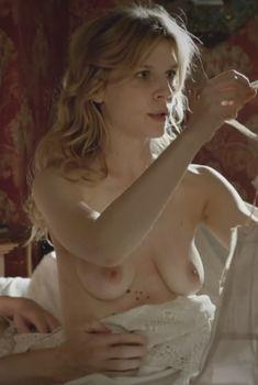 Голая Клеманс Поэзи в фильме «Птичья песня», 2012