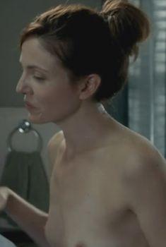 Голая грудь Клер Бронсон в сериале «Банши», 2013