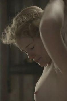 Голая грудь Клер Фой в фильме «Ночной дозор», 2011