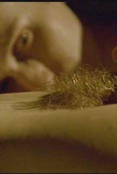 Волосатая голая киска Клотильды Куро в фильме «Почти спокойный мир», 2002